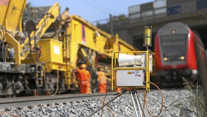 Automatisches Rottenwarngerät zur Warnung vor herannahenden Zügen mit Hilfe optischer und akustischer Signale an einer Gleisbaustelle