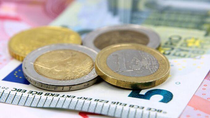 Kleingeld Münzen und 5 Euro Schein