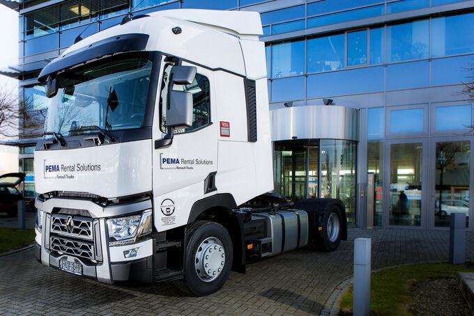 Symbolische Fahrzeugübergabe von Renault Trucks an PEMA