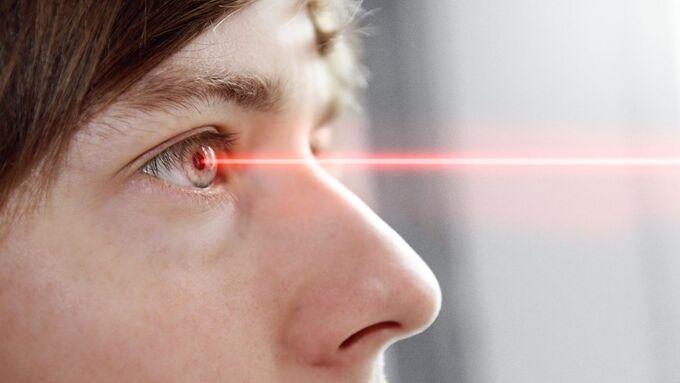 Mann, Laser, Laserpointer, Laserstrahl, Blendung